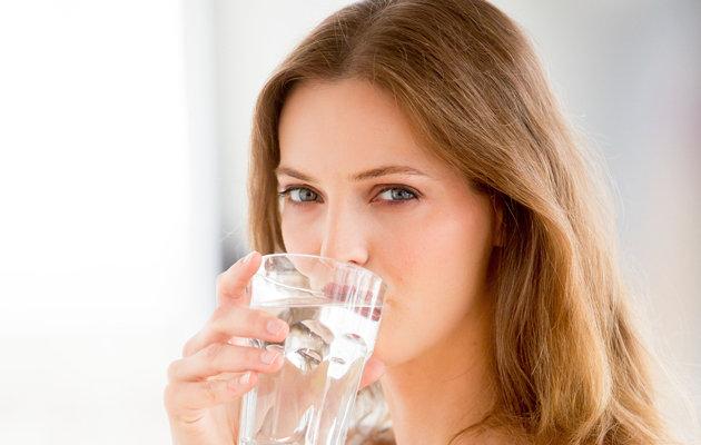 Uống nước là thói quen tốt để chua mun thit quanh mat hieu qua