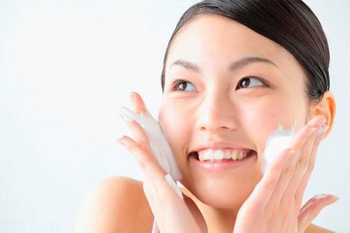 Rửa mặt là cách tốt nhất để phòng chống mụn thịt quanh mắt